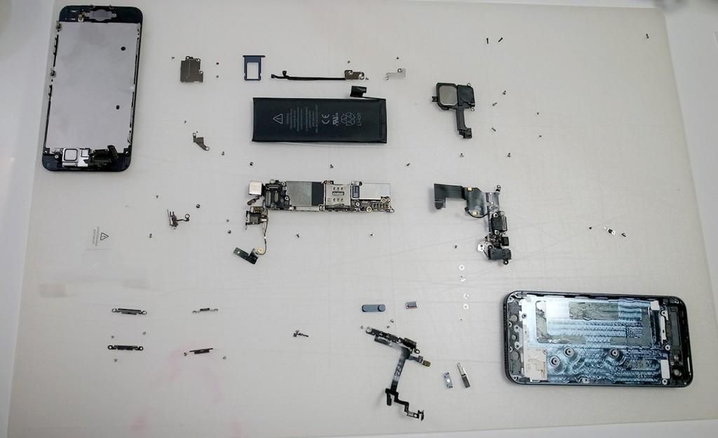 分解後のiPhone 5全パーツ