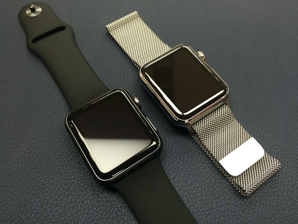 Apple Watch SPORT/42mmスペースグレイアルミニウムケースとブラックスポーツバンド(左) Apple Watch/42mmステンレススチールケースとミラネーゼループ(右)