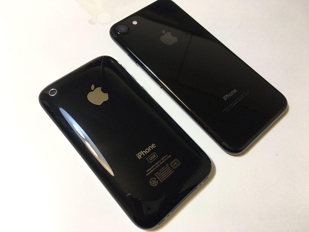 iPhone3GS(ブラック)とiPhone 7(ジェットブラック)を並べてみました。