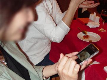 (iPhoneを触るOLさん3)