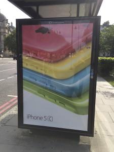 iPhone5cの看板 (South Kensington付近の路上)