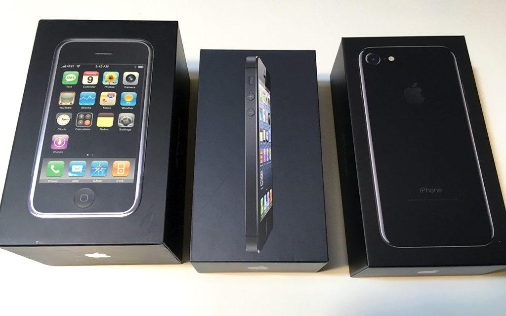 初代iPhone、iPhone 5、iPhone 7のそれぞれのボックスを並べてみました。